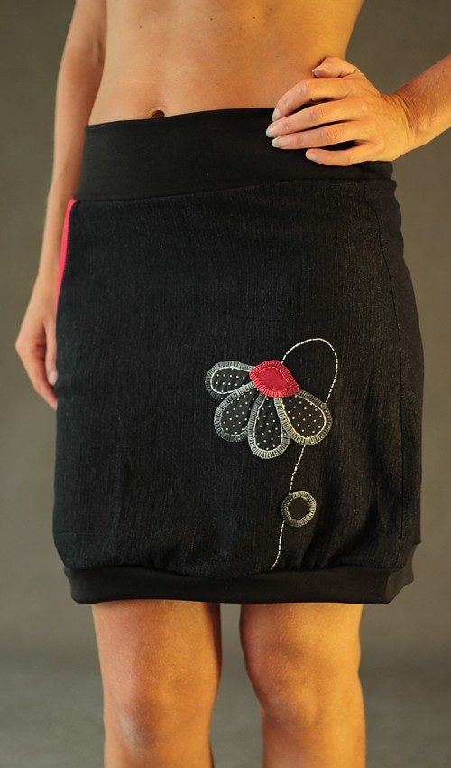 LaJuPečerná džínová sukně áčková černý náplet motiv černá květina s kapsou