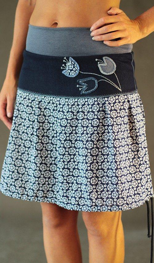 LaJuPe květovaná sukně viskózová modrobílá se sedlem áčková šedomodrý náplet motiv bílé květy aplikace tulipány
