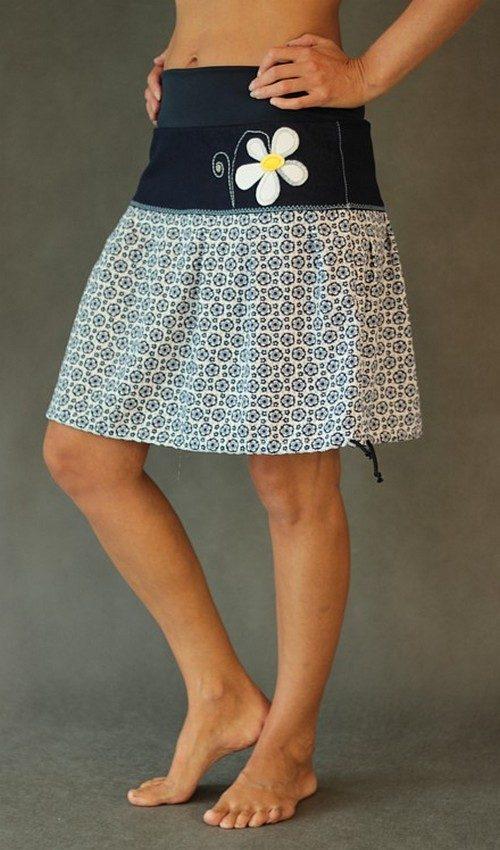 LaJuPe letní sukně se sedlem áčková tmavomodrý náplet motiv modrobílé květy aplikace žlutobílá květina