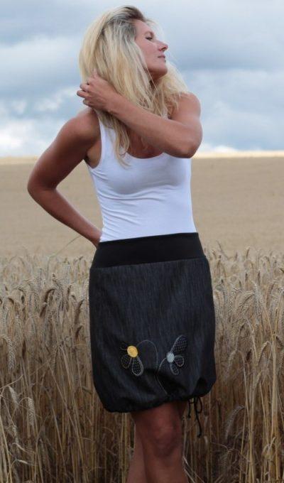 LaJuPe sukně džínová velké velikosti bavlna_polyester_bez_podšívky_černá_žlutá_áčková_bez_kapes_tunýlek_černá_žlutá_květiny_2květiny