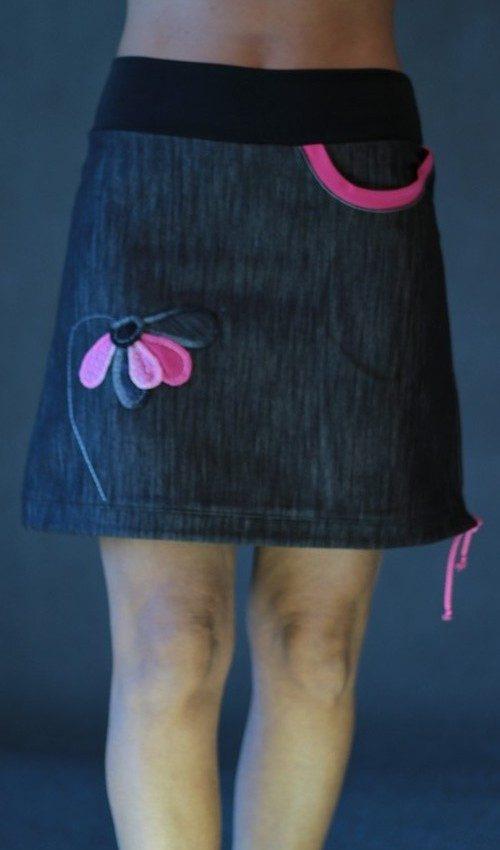 LaJuPe elegantní sukně bavlna_polyester_bez_podšívky_černá_růžová_áčková_1kapsa_tunýlek_černá_růžová_květina_5lístkůpolokvětiny
