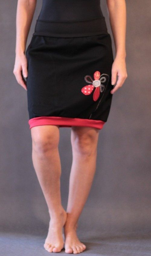 LaJuPe černé sukně bavlna_polyester_bez_podšívky_černá_červená_áčková_1kapsa_úplet_černá_červená_kytka_1kytka