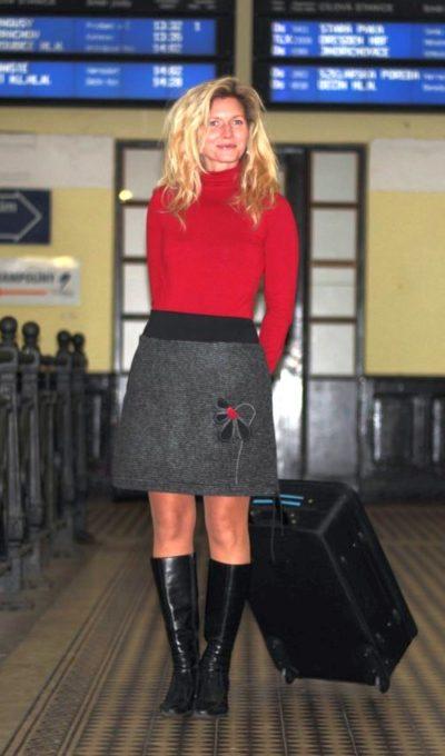 LaJuPe vlněné sukně polyester_vlna_s_podšívkou_černá_červená_áčková_1kapsa_tunýlek_černá_černá_kytka_půlkvět