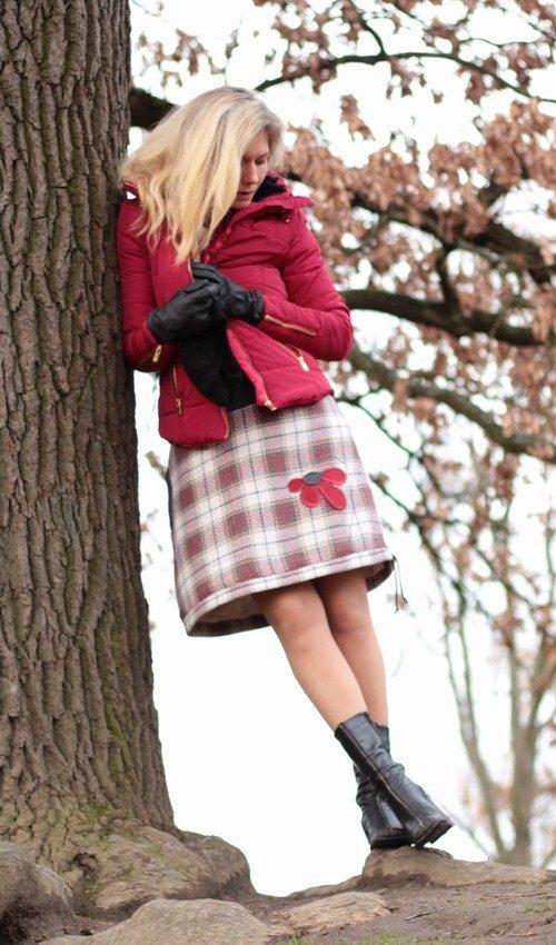LaJuPe dámská zimní sukně polyester_viskóza_s_podšívkou_červená_krémová_áčková_1kapsa_tunýlek_šedá_červená_kytka_polokytka