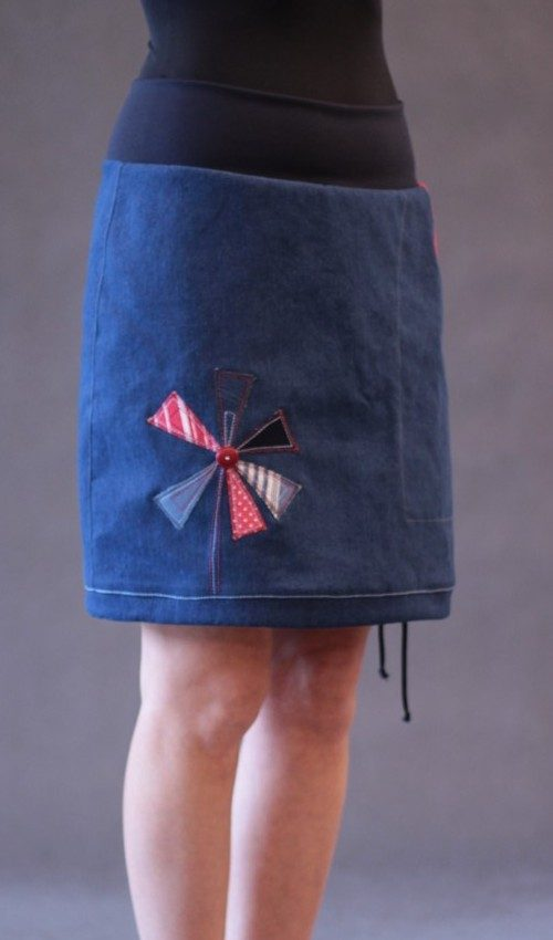 LaJuPe moderní džínová sukně avlna_polyester_bez_podšívky_modrá_červená_áčková_1kapsa_tunýlek_modrá_červenobílá_mlýn_jedenmlýn