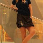 LaJuPe moderní džínová sukně bavlna_polyester_bez_podšívky_černá_šedá_áčková_1kapsa_tunýlek_černá_šedobílá_kytka_šestikvět