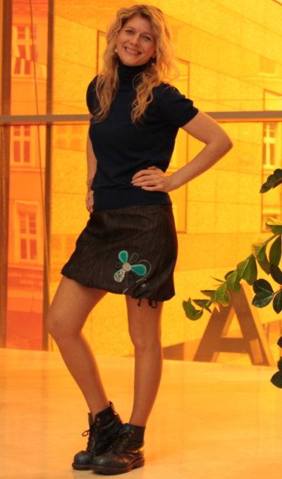 LaJuPe džínové sukně pro plnoštíhlé bavlna_polyester_bez_podšívky_černá_bleděmodrá_áčková_1kapsa_tunýlek_černá_bleděmodrá_kytka_šestikvět