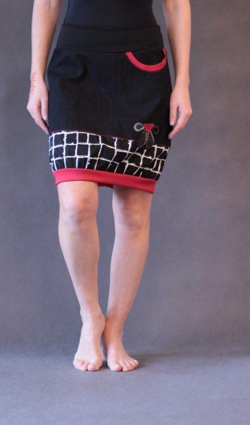 LaJuPe černé sukně bavlna_polyester_bez_podšívky_černá_červená_se_sedlem_dole_1kapsa_úplet_černá_černočervená_kytka_polokvět