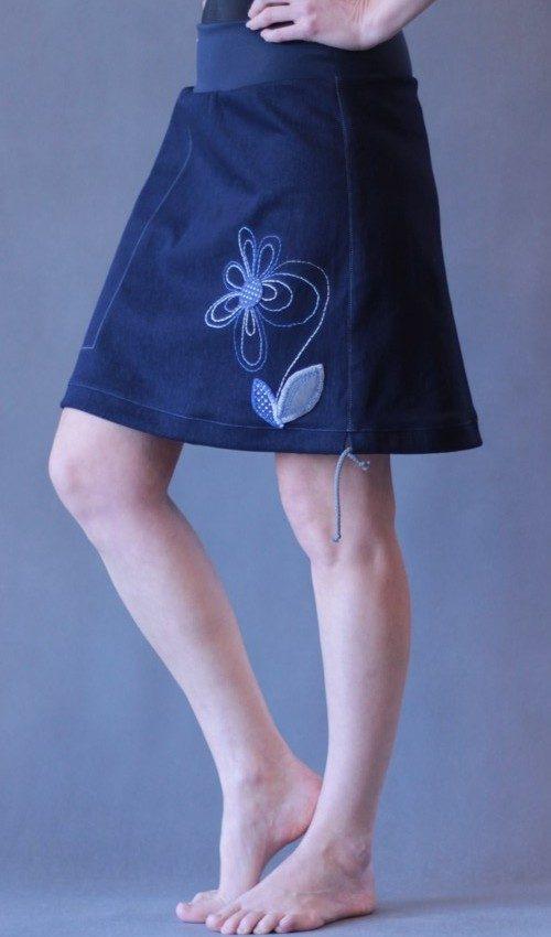 LaJuPe jeansové sukně bavlna_polyester_bez_podšívky_tmavěmodrá_modrá_áčková_1kapsa_tunýlek_tmavěmodrá_modrá_kytka_vyšitákytka