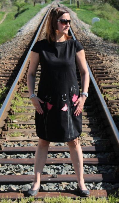 LaJuPe dámské riflové šaty bavlna_elastan_bez_podšívky_černá_červená__1kapsa_tunýlek__červená_tulipán_tulipány