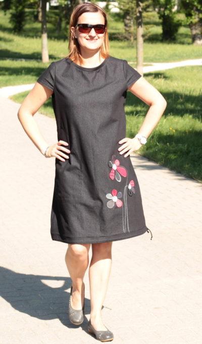 LaJuPe riflové šaty pro plnoštíhlé bavlna_elastan_bez_podšívky_černá_červená__1kapsa_tunýlek__červená_kytka_třikytky