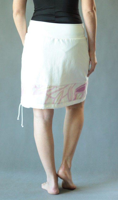 LaJuPe příklad dámské riflové sukně bavlna_elastan_bez_podšívky_bílá_růžová_se_sedlem_dole_1kapsa_tunýlek_bílá_světlerůžová_kytka_kytka
