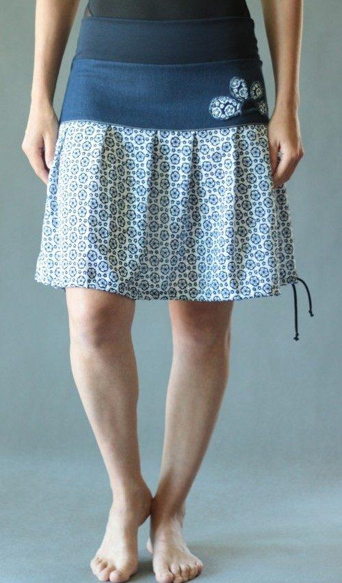 LaJuPe dámské letní sukně bavlna_polyester_bez_podšívky_modrá_bílá_se_sedlem_nahoře_bez_kapes_tunýlek_modrá_bílomodrá_kytka_polokvět