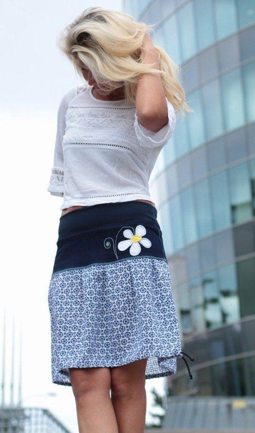 LaJuPe letní sukně polyester_elastan_bez_podšívky_modrá_bílá_se_sedlem_nahoře_bez_kapes_tunýlek_modrá_bílá_kytka_kytka