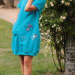 LaJuPe dámské pohodlné šaty bavlna_elastan_bez_podšívky_azurová_růžová__1kapsa_úplet__azurovorůžová_louka_kytky