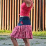 LaJuPe maxi sukne bavlna_viskóza_bez_podšívky_červená_modrá_se_sedlem_nahoře_bez_kapes_tunýlek_modrá_červená_kytka_polokvět