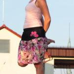 LaJuPe sukně s aplikací bavlna_viskóza_bez_podšívky_pestrobarevná_černá_se_sedlem_nahoře_bez_kapes_tunýlek_černá_růžová_květ_polokvět