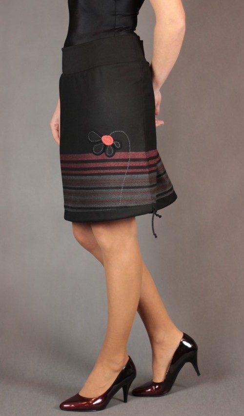 LaJuPe sukně zimní detail_polyester_viskóza_bez_podšívky_černá_rezava_áčková_1kapsa_tunýlek_černá_černorezavá_kytka_polokvět