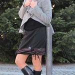 LaJuPe teplé dámské sukně polyester_viskóza_bez_podšívky_černá_rezava_se_sedlem_dole_1kapsa_tunýlek_černá_černošedá_kytka_polokvět