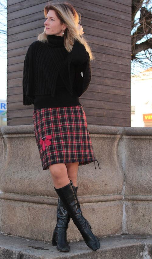 LaJuPe károvaná sukně polyester_viskóza_bez_podšívky_červená_modročerná_áčková_1kapsa_tunýlek_černá_červená_kytka_polokvět