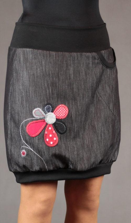 LaJuPe sukně letní detail_bavlna_polyester_bez_podšívky_černá_červená_áčková_1kapsa_úplet_černá_černobíločervená_kytka_květ