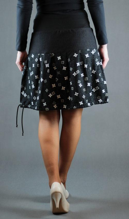 LaJuPe vzorovaná sukně bavlna_viskóza_bez_podšívky_černá_bílá_skládaná_bez_kapes_tunýlek_černá_černočervená_kytka_polokvět