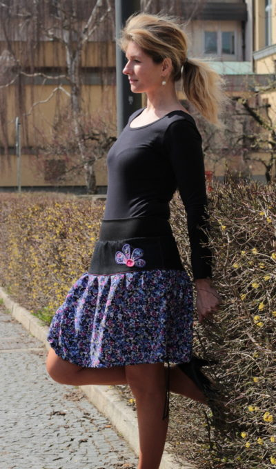 LaJuPe fialová sukně bavlna_polyester_bez_podšívky_fialová_černá_skládaná_bez_kapes_tunýlek_černá_fialová_kytka_polokvět