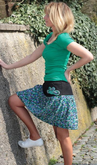 LaJuPe sukně zelená bavlna_polyester_bez_podšívky_tyrkysová_černá_skládaná_bez_kapes_tunýlek_černá_květovaná_kytka_polokvět