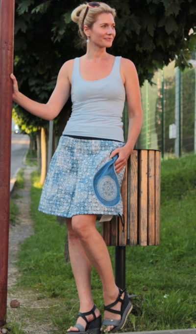 LaJuPe sukně bavlna elastan_bez_podšívky_modrá_bílá_skládaná_1kapsa_tunýlek_modrá_modrobílá_mandala