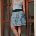 LaJuPe jedinečná sukně bavlna_elastan_bez_podšívky_modrá_bílá_skládaná_1kapsa_tunýlek_modrá_modrobílá_hrad