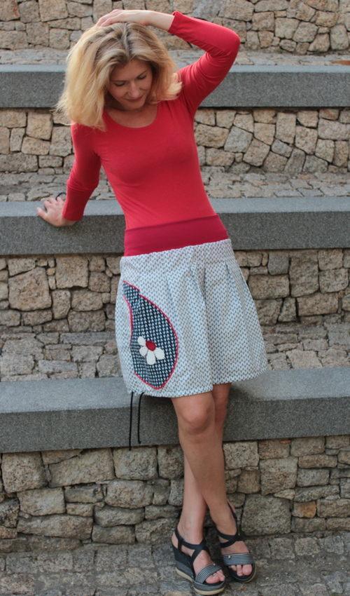 LaJuPe dlouhá letní sukně bavlna_elastan_bez_podšívky_bílá_modrá_skládaná_1kapsa_tunýlek_modrá_bíločervená_kytka