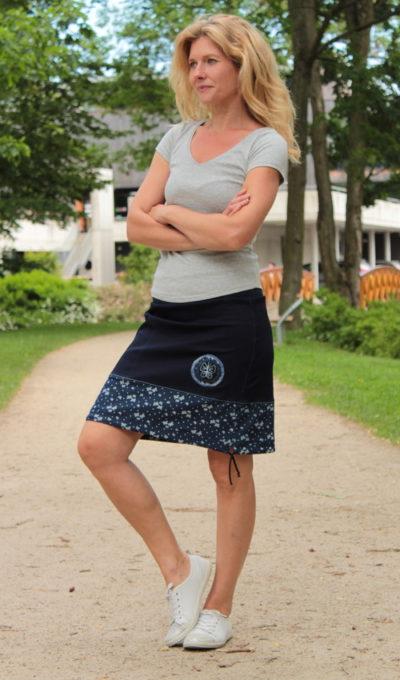 LaJuPe moderní sukně bavlna_polyester_bez_podšívky_modrá_bleděmodrá_se_sedlem_dole_1kapsa_tunýlek_modrá_modrá_terčík_motýlek