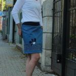 LaJuPe zeštíhlující sukně bavlna_polyester_bez_podšívky_modrá_bílá_se_sedlem_dole_1kapsa_tunýlek_modrá_tmavěmodrá_kytka_půlkvět