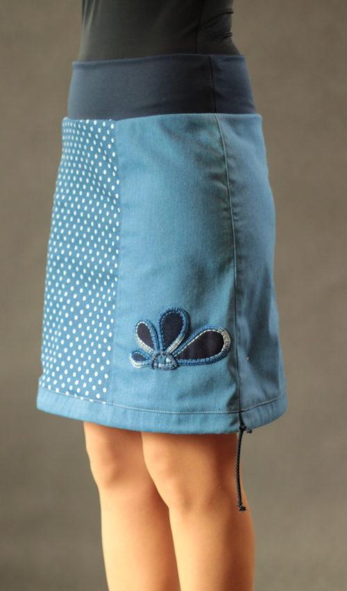 LaJuPe sukně jeansová bavlna_polyester_bez_podšívky_modrá_bílá_třetinová_1kapsa_tunýlek_modrá_tmavěmodrá_kytka