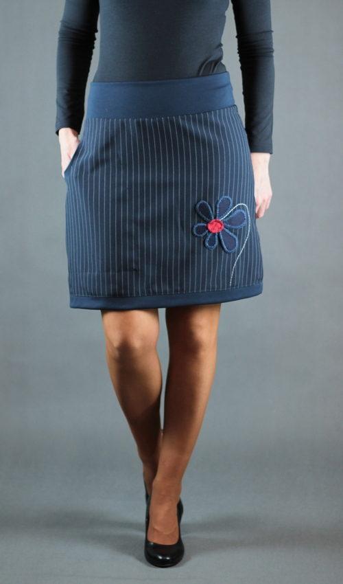 LaJuPe úzká sukně polyester_polyester_bez_podšívky_modrá_modrá_áčková_1kapsa_tunýlek_modrá_modročervená_kytka_velkýkvět