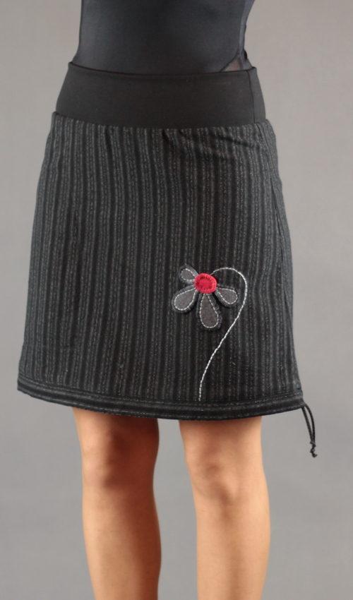 LaJUPe pruhovaná sukně polyester_vlna_s_podšívkou_černá_šedá_áčková_1kapsa_tunýlek_černá_šedočervená_květ_polokvět