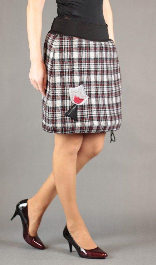 LaJuPe červená kostkovaná sukně vlna_polyester_s_podšívkou_černá_bílá_áčková_1kapsa_tunýlek_černá_šedočervenočerná_kalich_v kalichu