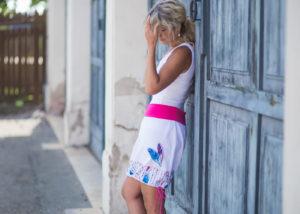 LaJuPe bílá džínová sukně kombinovaná áčková růžový náplet motiv modrá růžová pírka s kapsou