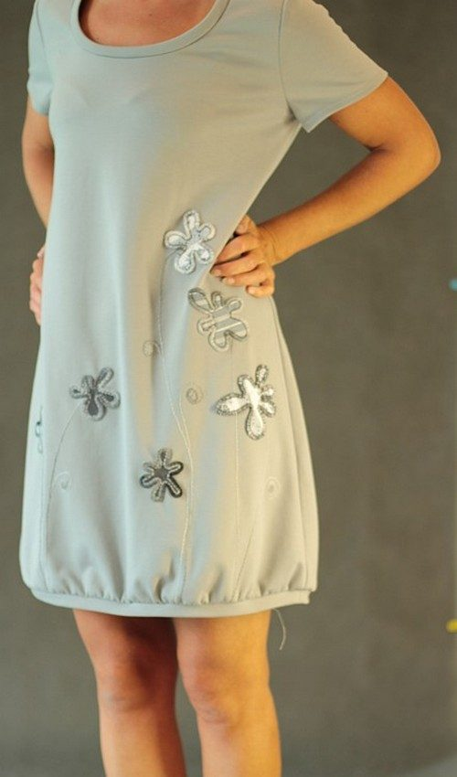 LaJuPe úpletové šaty světle šedé aplikace šedé květiny