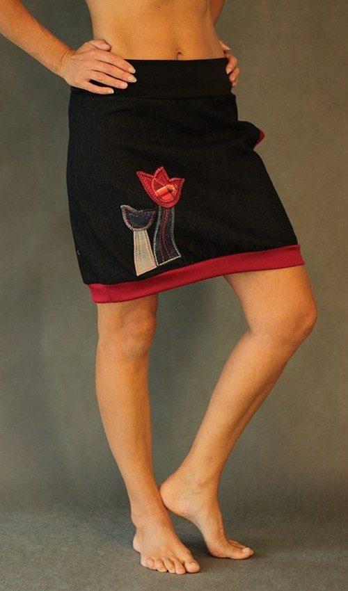 LaJuPe černá riflová sukně áčková černý náplet motiv červené tulipány s kapsou