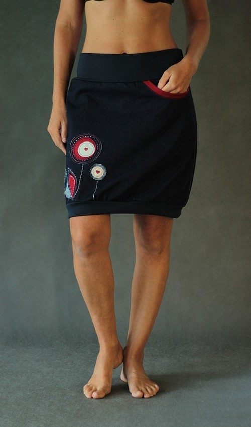LaJuPe sukně riflová tmavomodrá áčková tmavě modrý náplet motiv červené kulaté květiny s kapsou