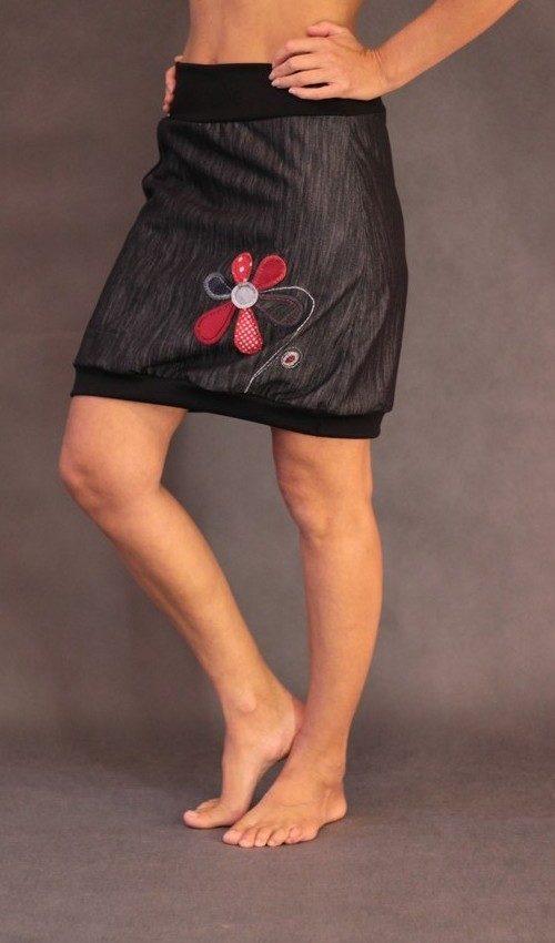 LaJuPe sukně do kanceláře bavlna_polyester_bez_podšívky_černá_červená_áčková_1kapsa_úplet_černá_červená_květina_6lístků