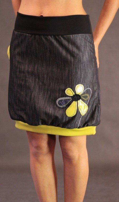 LaJuPe sukně bavlna_polyester_bez_podšívky_černá_žlutá_áčková_1kapsa_úplet_černá_žlutá_květina_6lístků