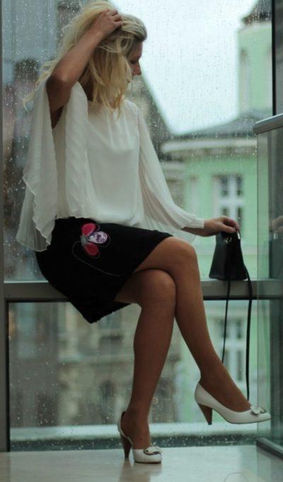 LaJuPe černá společenská sukně bavlna_polyester_bez_podšívky_černá_růžová_áčková_1kapsa_tunýlek_černá_růžová_kytka_3lístky