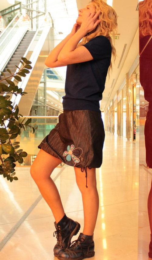 LaJuPe džínové sukně pro plnoštíhlé bavlna_polyester_bez_podšívky_černá_bleděmodrá_áčková_1kapsa_tunýlek_černá_pestrobarevná_kytka_šestikvět