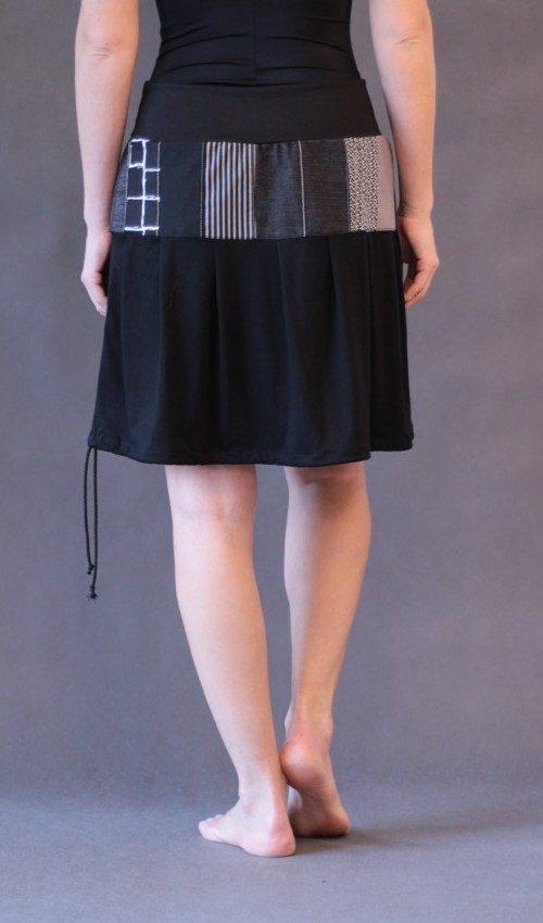 LaJuPe sukně patchwork bavlna_polyester_bez_podšívky_černá_patchwork_se_sedlem_nahoře_bez_kapes_tunýlek_černá_černočervená_kolečka_dvěkolečka