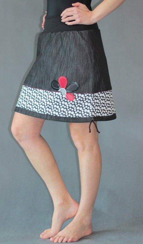 LaJuPe puntíkatá sukně bavlna_polyester_bez_podšívky_černá_bílá_se_sedlem_dole_1kapsa_tunýlek_černá_šedočervená_kytka_polokvět