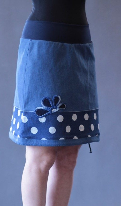 LaJuPe puntíkovaná sukně bavlna_elastan_bez_podšívky_modrá_bílá_se_sedlem_dole_1kapsa_tunýlek_tmavěmodrá_modrá_kytka_polokytka
