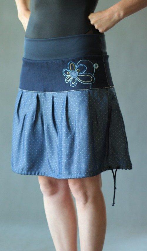 LaJuPe sukně pružný pas bavlna_elastan_bez_podšívky_modrá_žlutá_se_sedlem_nahoře_bez_kapes_tunýlek_modrá_modrožlutá_kytka_vyšívaná
