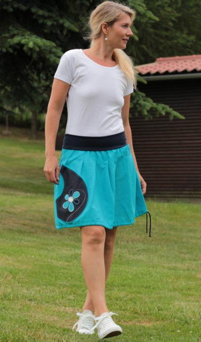 LaJuPe outdoorová sukně len_viskóza_bez_podšívky_tyrkys_modrá_skládaná_1kapsa_tunýlek_modrá_tyrkysovomodrobílá_kytka_šestikvět